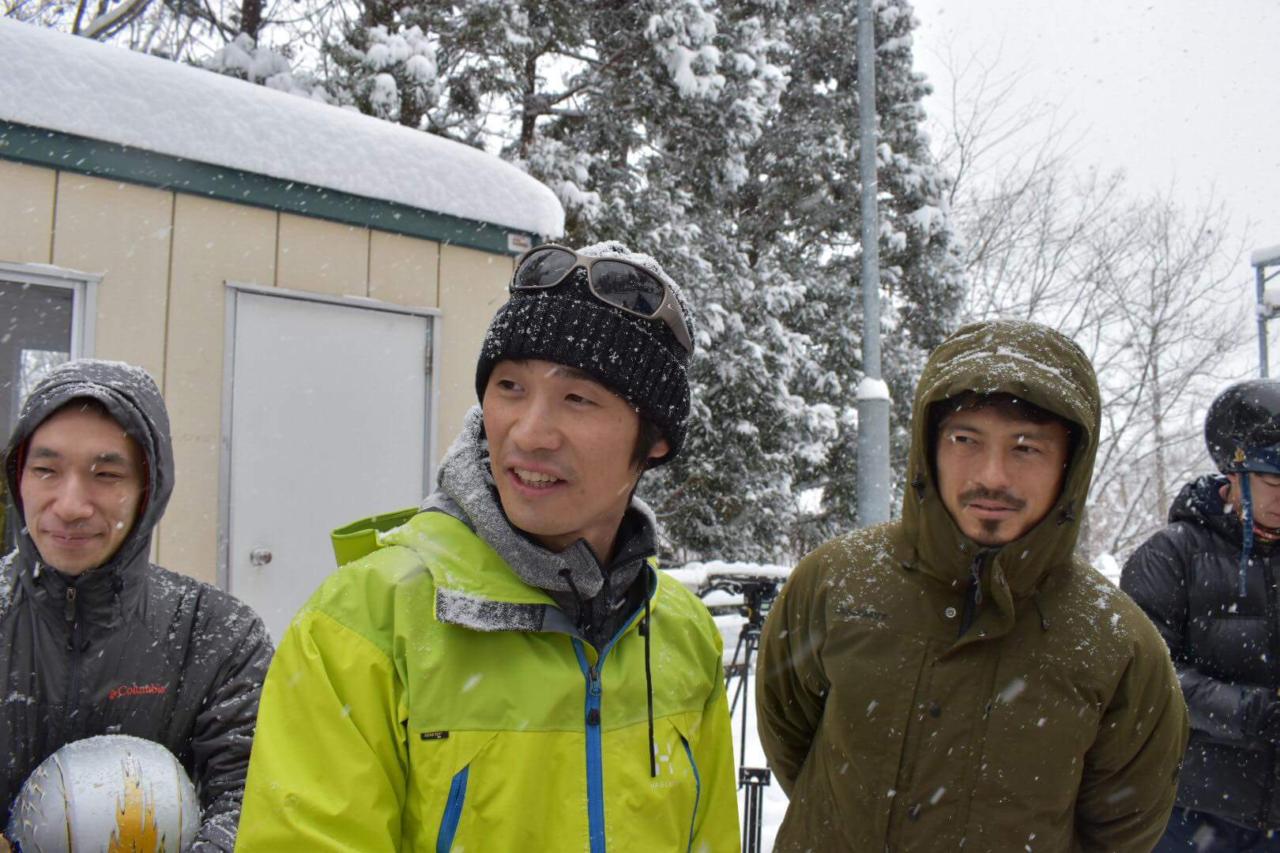 滑走前の横田真人(左)と鈴木啓太(右)