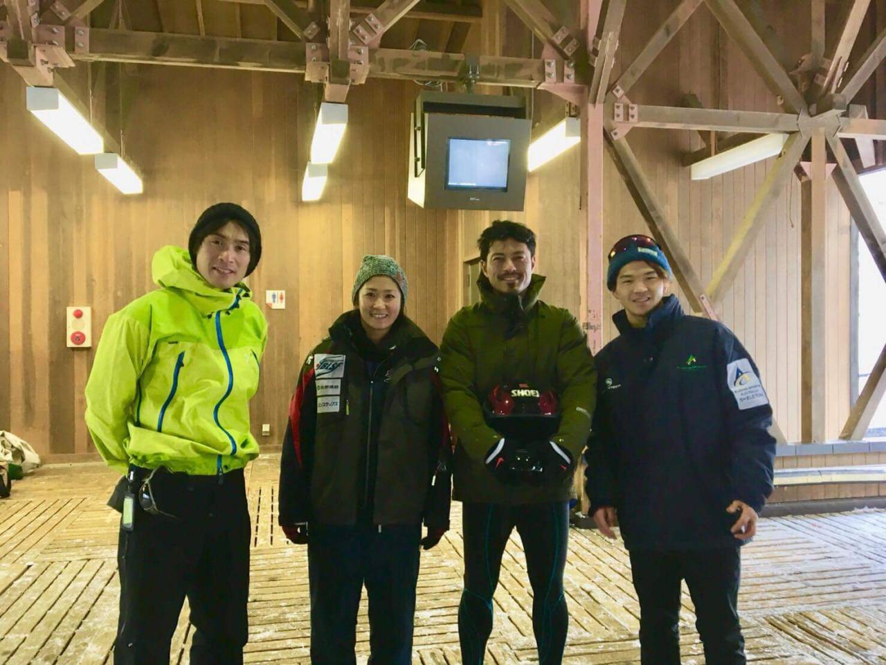 左から横田、小口貴子選手、鈴木、スパイラル医科学スタッフの小林大祐さん