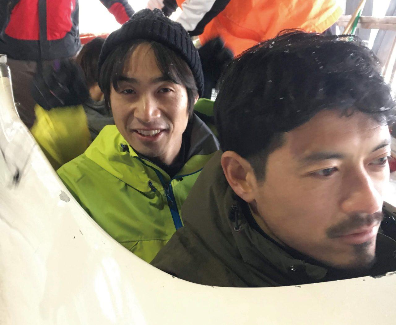 ボブスレーの体験前の横田真人(左)と鈴木啓太(右)